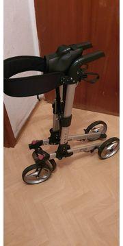 Rolator mit Sitzfläche feststellbare Bremsen