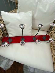 Kleiderhaken rot mit Porzellanknöpfen
