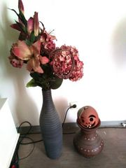 große Terrakotta Vase mit Zierblumen