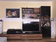 Wohnwand mit Sideboard und Tisch
