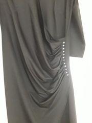 Schwarzes Kleid gerafft mit Strasssteinen