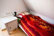 Einzelbett mit Lattenrost und Matratze