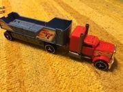 Zwei Spielzeug Transporter