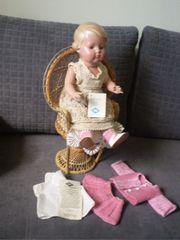 Puppe mit Korbsessel -Schildkrötpuppe