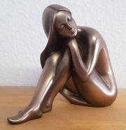 sehr schöne erotische Frauenfigur sitzend