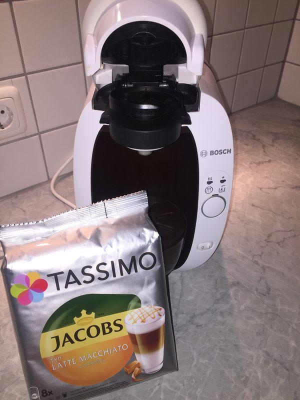 Gepflegte Tassimo-Kaffeemaschine inkl Kaffeekapseln zu