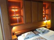 Schlafzimmer mit Überbau und Schrank