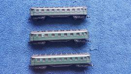 Modelleisenbahnen - Arnold Personenwagen grün 1 2