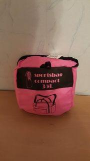 Neue pinkfarbene Sporttasche