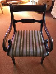 Stilmöbel Armlehnenstuhl mit Brokatsitzbezug in