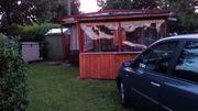 Wohnwagen- Holzhaus auf Campingplatz