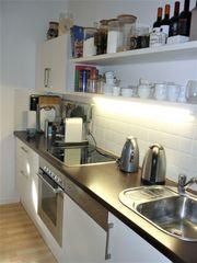 Küchenzeile mit Oberschränken und Geräten