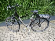 1x E-Bike 1x Damenfahrad
