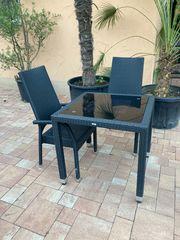 Garten Tisch mit drei Stühlen