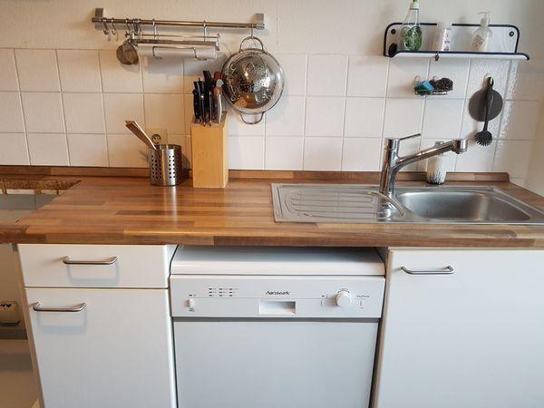 Küche: Küchenzeile inkl. Kühlschrank und Spülmaschine