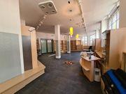 Ladeneinrichtung Bücherregale Glasvitrinen Verkaufstheke