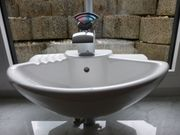Handwaschbecken mit Armatur