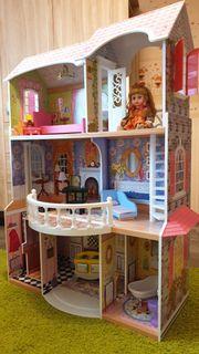 Puppenhaus aus Holz mit Einrichtung