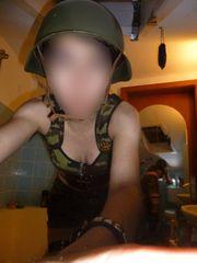 Aaachtung und stillgestanden Junge Offizierin