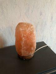 zwei Salzkristall Lampen