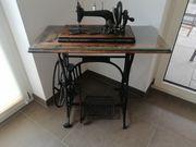 Nähmaschinen Tisch mit antiker Nähmaschine