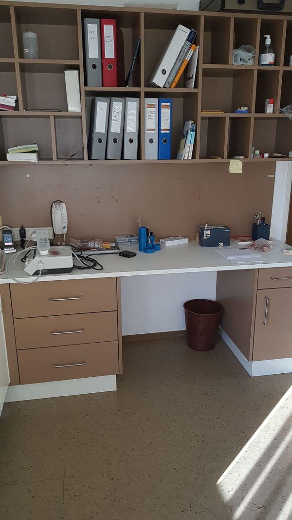 Schreibtisch mit Regalwand