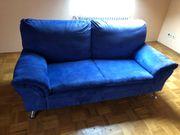 Blaue Couch mit Sessel zu