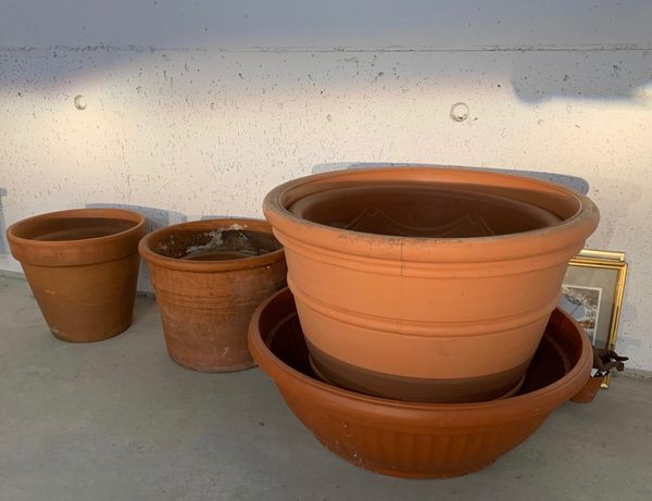 Terracotta- und Plastiktöpfe zu verschenken