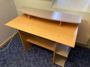 Schreibtisch mir ausziehbarer Tastaturablage