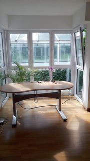 Schöner möblierter Büroraum mit Flair