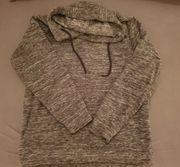 Verschiedene Pullover Strickjacken in den