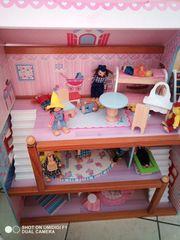 Schönes Puppenhaus mit viel Zubehör
