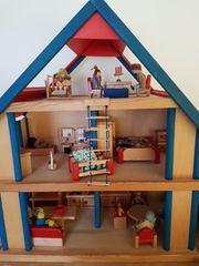 Holzpuppenspielhaus mit viel Zubehör