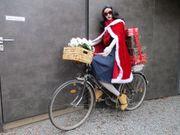 Unsere fleißige Susi stellt Weihnachtsgeschenke