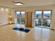 Schöner heller Raum für Yoga
