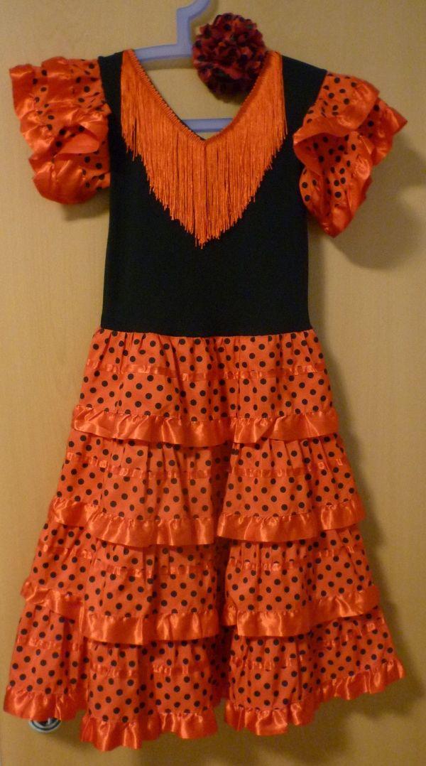 Kleid mit Fächer und Schuhe