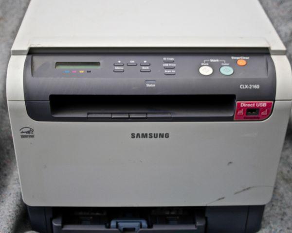 Ein paar Bürogeräte Drucker Multifunktionsgeräte