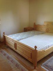 Bett und Nachttische mit Kommode