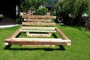 Modernes Doppelbett aus Altholz