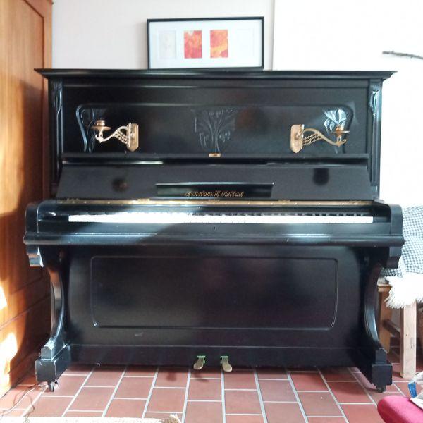wunderschönes schwarzes Jugendstil-Klavier