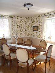 antiker Esstisch mit Wurzelholz-Furnier und