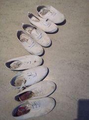 vollgeschwitzte stinkende weiße Sneackers Stoffschuhe
