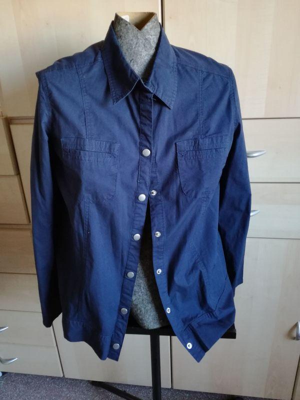 Sportlich schicke Damen Bluseblau Gr. 46/48 - Waldbrunn - Verkaufe hier eine tolle Bluse mit Druckknöpfen in tadellosem Zustand.Auch als Blusenjacke tragbarGr. 46/48Rauchfreier und tierfreier Haushalt.Versandkosten 2,60 EURSehen sie sich doch einmal meine anderen Angebote an!Es handelt sich um einen - Waldbrunn