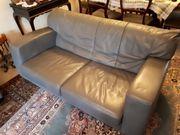 Couchgarnitur zweiteilig mit grauem Lederbezug