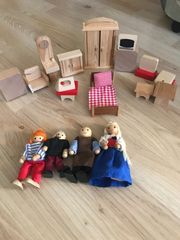 Puppenhaus mit Holzpuppen und Möbel