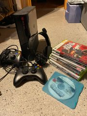Xbox 360 mit 2 ControllerHeadsetSpielen