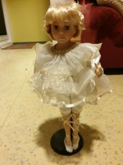 sehr schöne Puppe auf dem