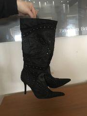 Schwarze Stiefel mit Applikationen
