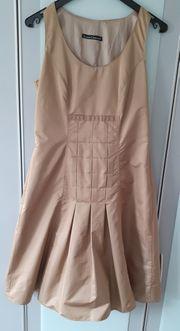 Goldfarbenes Kleid von Luisa Cerano
