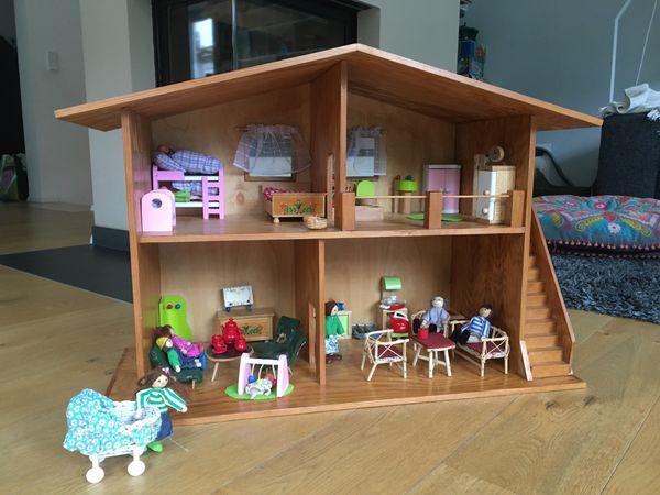 hochwertiges Puppenhaus aus Massivholz mit